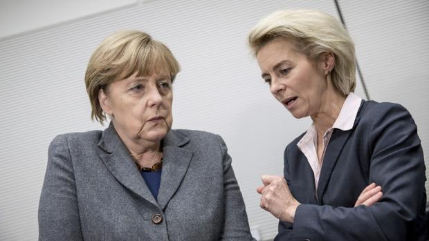 La ministra de Defensa alemana Von der Leyen con la canciller Merkel