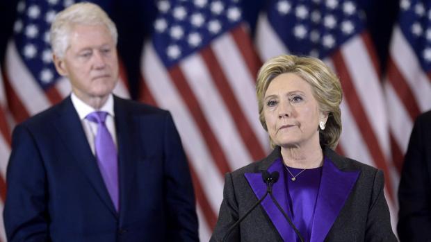 Expertos electorales instan a Clinton a que pida un recuento por posibles irregularidades en estados clave