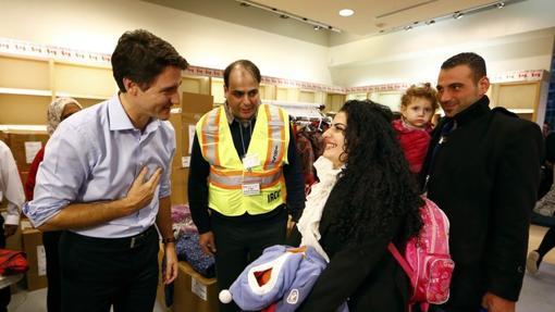 El primer ministro de Canadá, Justin Trudeau, da la bienvenida a una familia siria, en el aeropuerto de Toronto