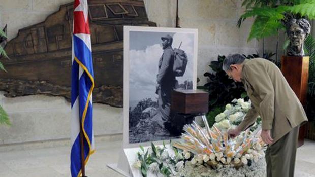 Raúl Castro rinde tributo a su hermano en una imagen distribuida ayer por el diario oficial Granma