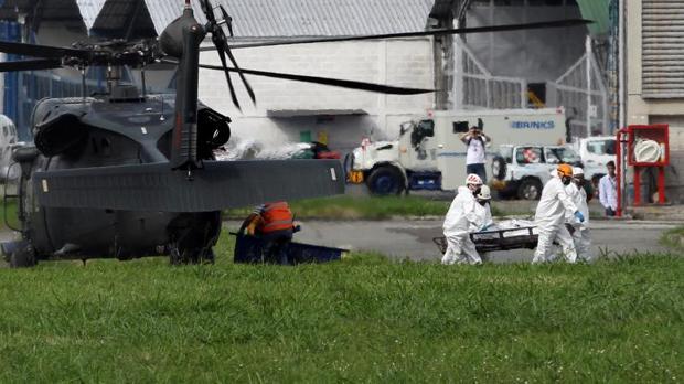 Autoridades transportan los cuerpos del avión accidentado en el hangar de la Gobernación de Antioquia en Medellín