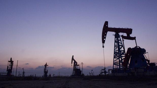 La OPEP reaccionó finalmente el 30 de noviembre de 2016 al desplome de los precios del crudo al sancionar un recorte de su oferta petrolera de 1,2 millones de barriles diarios (mbd)