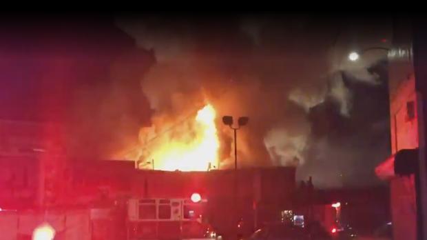 Fotografía de los bomberos apagando el fuego en el incendio registrado en Oakland (California)