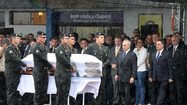 Silencio y lluvia para recibir sobre el césped a las víctimas de Chapecó