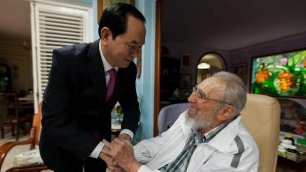 Fidel Castro, con el expresidente de Vietnam Tran Dai Quang, en su casa de La Habana, en una imagen divulgada diez días antes de su muerte