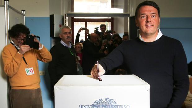 Renzi vota en el referéndum sobre la reforma constitucional de Italia