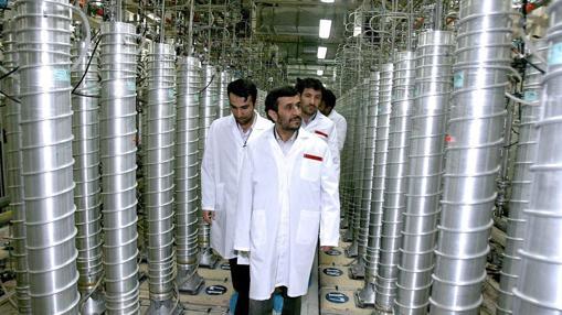 Foto de archivo de 2007, en la que se ve al entonces presidente iraní, Mahmud Ahmadineyad, inspeccionando la central nuclear de Natanz, en el centro de Irán