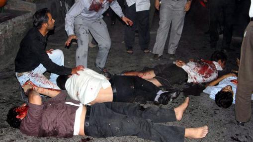Un grupo de personas se reúne junto a cuerpos de víctimas a las afueras de la mezquita de Jameh, en Zahedan (Irán). Foto de archivo de 2010. Al menos 21 personas murieron, incluyendo a miembros élite de la Guardia Revolucionaria, y otros 100 resultaron heridos