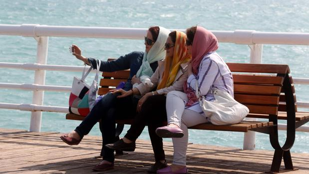 Mujeres iraníes se hacen un selfi frente al mar en la isla de Kish en el sur del país