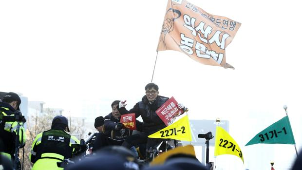 El Parlamento surcoreano suspende a la presidenta Park por su «Rasputina»