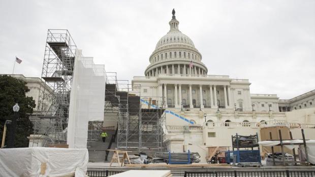 Obreros trabajan en las preparaciones para la investidura presidencial de Donald Trump ante el Capitolio