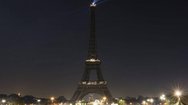La Torre Eiffel, apagada por las víctimas de Alepo