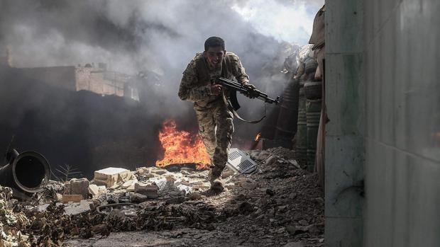 Un miliciano islamista,, en un barrio rebelde de las afueras de Damasco