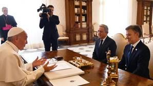 El Papa se reúne con Santos y Uribe durante media hora en el Vaticano