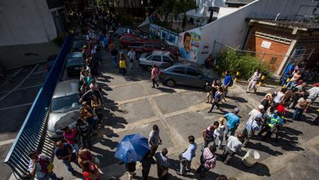 Un grupo de personas hace cola en las inmediaciones del Banco Central de Venezuela, este viernes en Caracas