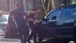 YouTube: la brutal agresión de un hombre a una mujer que mediaba en una discusión de pareja
