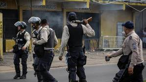 Maduro militariza Venezuela para evitar una explosión social similar al «Caracazo»