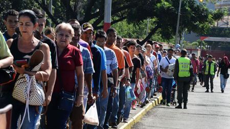 Venezolanos en fila para cruzar el puente internacional Simón Bolívar international desde San Antonio del Táchira