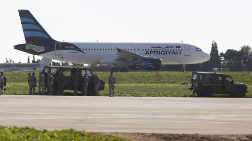 Tropas maltesas vigilan el avión secuestrado