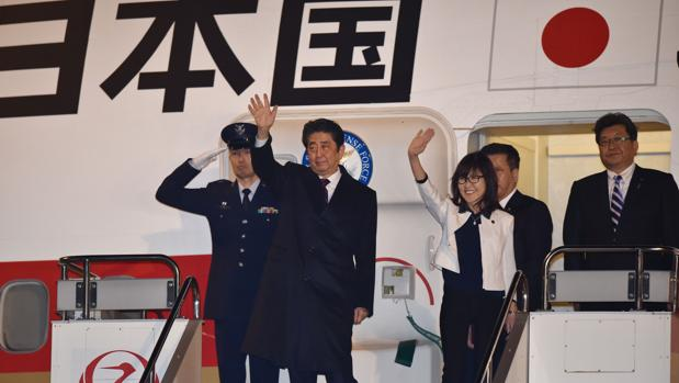 Abe honra en Pearl Harbor a las víctimas pero no pedirá perdón