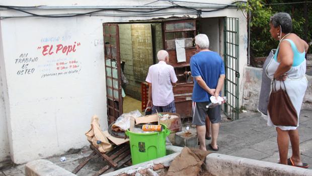 Cubanos hacen cola ante una bodega para adquirir los productos de la cartilla de racionamiento