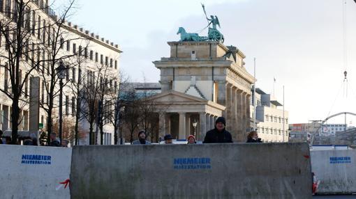 Bloques de cemento junto a la puerta de Brandeburgo, en vísperas de Nochevieja