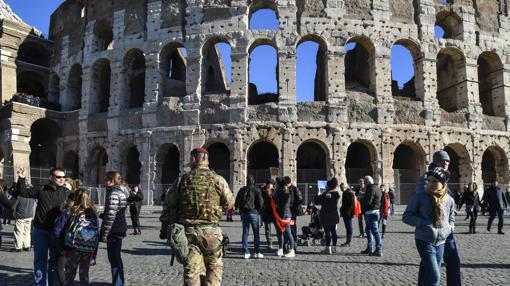 Soldados patrullan junto al Coliseo de Roma en vísperas de Nochevieja