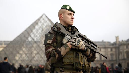 Un soldado galo en guardia junto al museo del Louvre, este viernes en París, el pasado 30 de diciembre