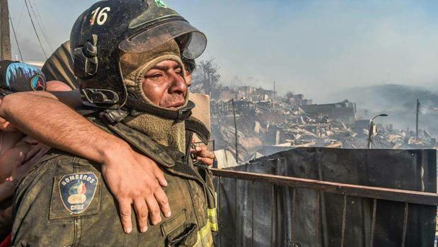 La imagen del bombero que ha conmovido a todo Chile