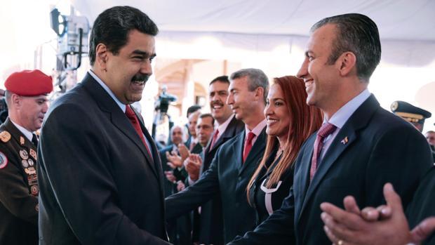 Maduro saluda a El Aissami, en una reunión con los miembros de su nuevo Gobierno