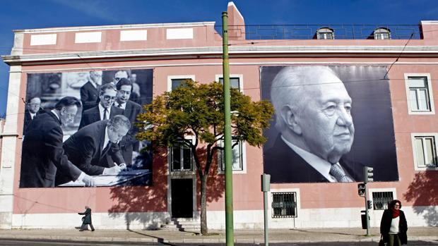 Fotos gigantes que representan al fallecido presidente portugués Mario Soares decoran los muros de la sede del Partido Socialista Portugués