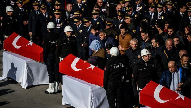 Funeral en Estambul por policías turcos asesinados por un terrorista suicida