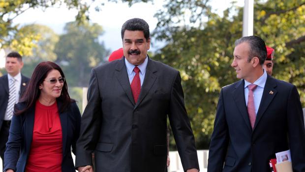 Maduro, en el centro, junto a su pareja, Cilia Flores, y su nuevo vicepresidente, Tareck El Aissami, en un acto en Caracas