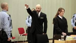 Anders Breivik realiza el saludo nazi al entrar al juicio
