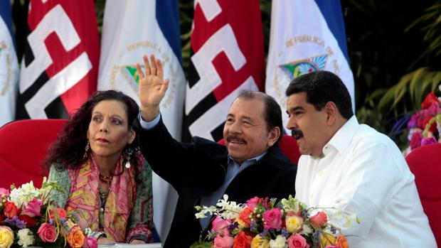 Daniel Ortega y su mujer, junto a Nicolás Maduro