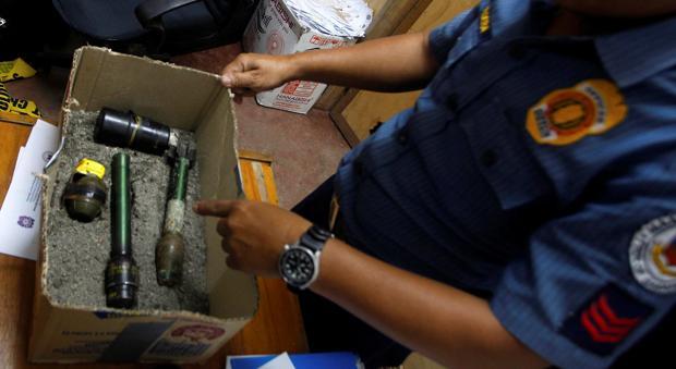 Un miembro de la Policía Nacional de Filipinas inspecciona los explosivos confiscados en una operación en la que murió un supuesto yihadista vinculado a Daesh, en Maasim, provincia de Sarangani, el pasado 7 de enero