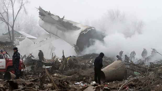 Al menos 37 muertos tras caer un avión turco sobre una zona de viviendas en Kirguistán