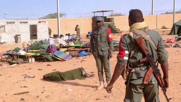 El cuerpo sin vida de un soldado yace en el suelo cubierto con una manta tras el atentado que este miércoles ha tenido lugar en un cuatel del norte de Mali