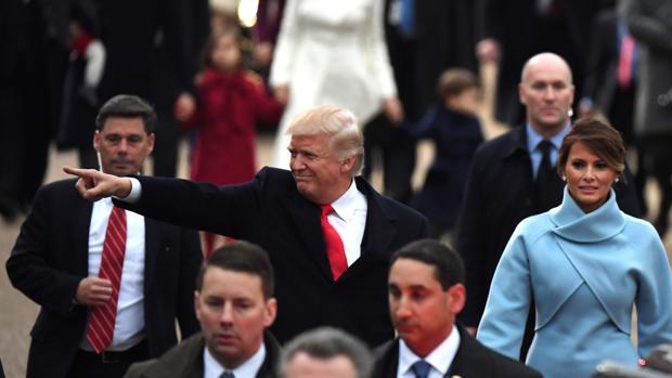 El presidente Trump, junto a la Primera Dama en el desfile de su toma de posesión