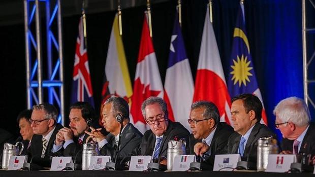 El representante de Comercio de Estados Unidos, Michael Froman (c) junto a los representantes de once países del Pacífico en Atlanta