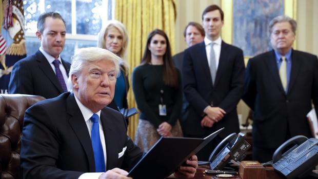 El presidente de EEUU, Donald Trump durante la firma de dos órdenes ejecutivas para resucitar los polémicos proyectos de los oleoductos Keystone XL y Dakota Access