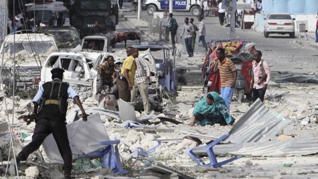 Un hombre herido recibe ayuda tras un atentado en el Hotel Dayah cerca del Parlamento en Mogadiscio, Somalia