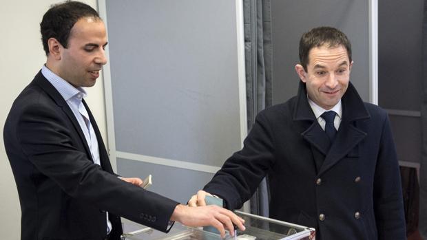 Benoit Hamon vota en la segunda ronda de las primarias socialistas