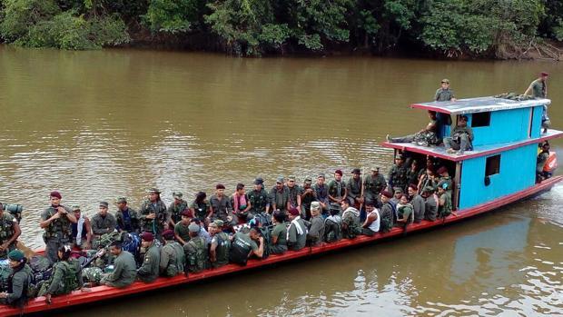 Integrantes del Bloque Sur de la guerrilla de las FARC se dirigen a los lugares de concentración por el río Mecaya, en el Putumayo (Colombia)
