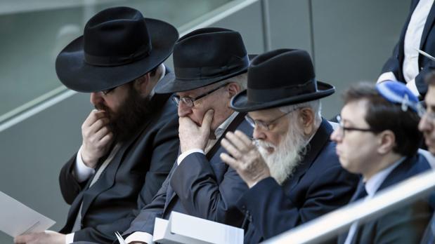 Judíos ortodoxos asisten a una ceremonia en recuerdo del Holocausto en el Parlamento en Berlín (Alemania)