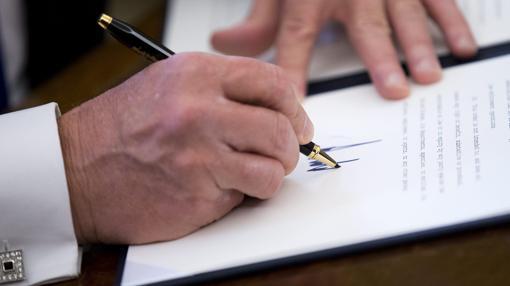 Donald Trump firma el pasado día 3 de febrero una Orden Ejecutiva en el Pentágono