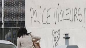 Acusan a un policía francés de violar a un joven durante un control al norte de París