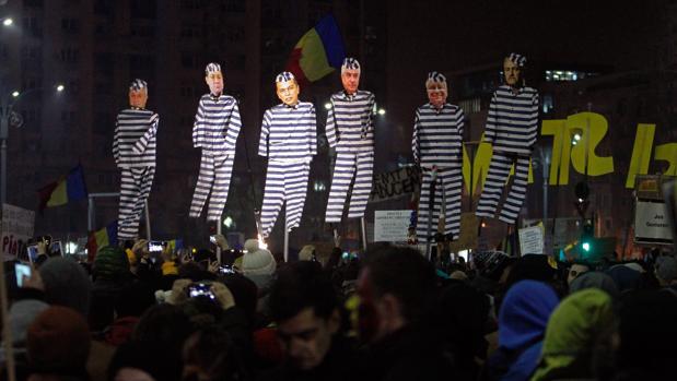 El Gobierno rumano intenta evitar las dimisiones y  ofrece reformas