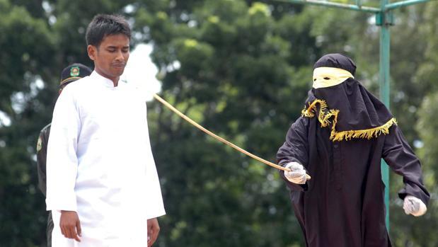 Hemeroteca: Arabia Saudí condena siete jóvenes a latigazos por su ropa «escandalosa» | Autor del artículo: Finanzas.com