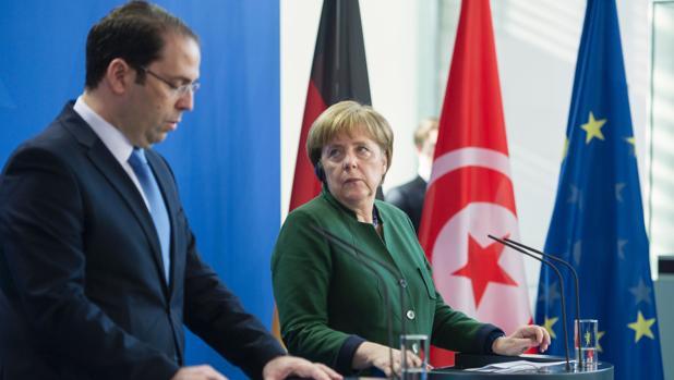 El primer ministro de Túnez, Yusef Chahed, y la canciller Angela Merkel